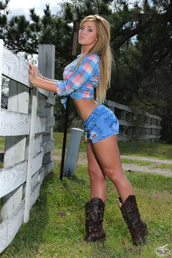 Country femmes in cut-offs -..