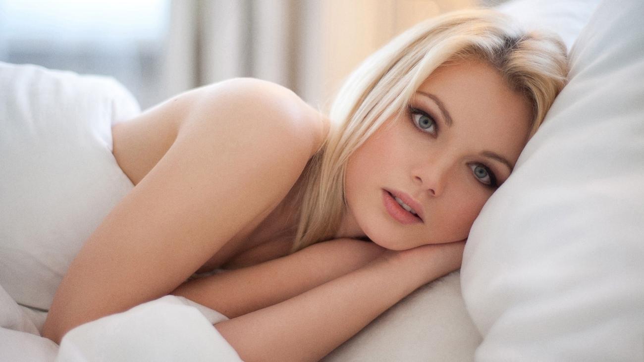 Wallpaper download girl, look, bed,..
