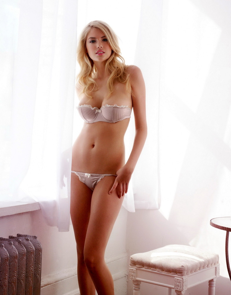 Huge-titted Kate Upton posing in..