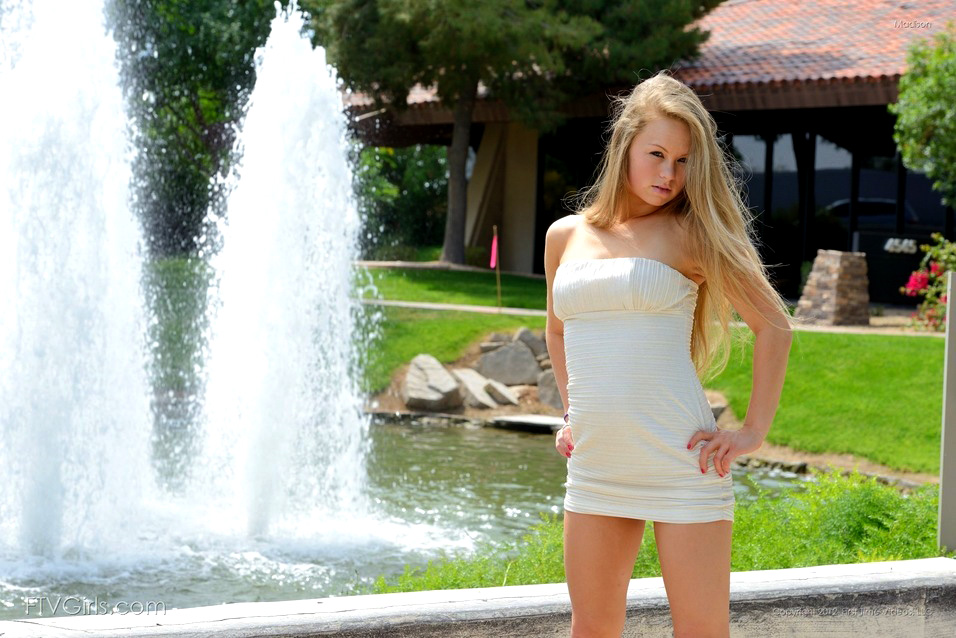 Blondie young lady catapults a..